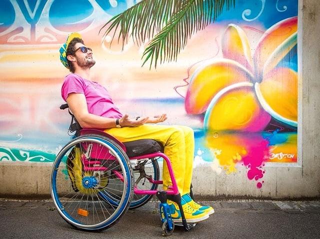 Mann im Rollstuhl, sichtlich zufrieden.
