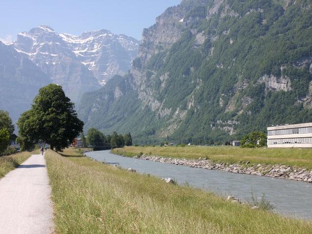 Flacher Weg am Fluss.