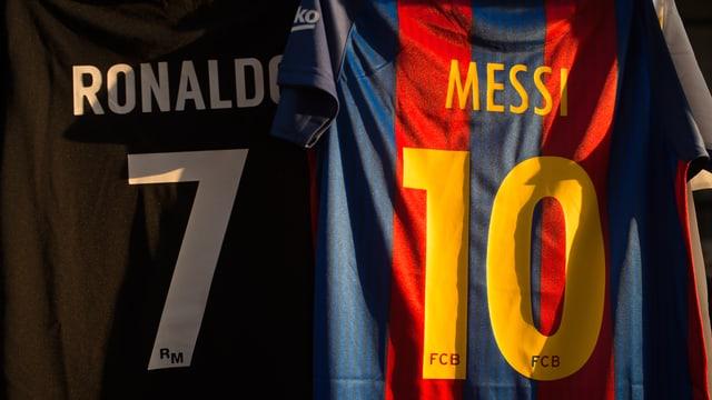 Die Trikots von Cristiano Ronaldo und Lionel Messi.