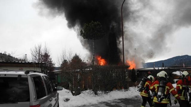 Feuerwehrleute bei einem Brandeinsatz.