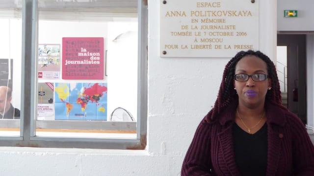 Elyse Ngabire steht vor einem Büro.