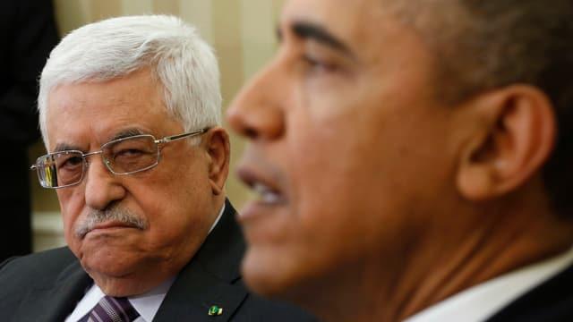 Abbas blickt ernst zu sprechendem Obama