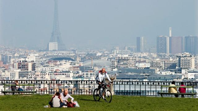 Eiffelturm und weitere Teile von Paris im Nebel.