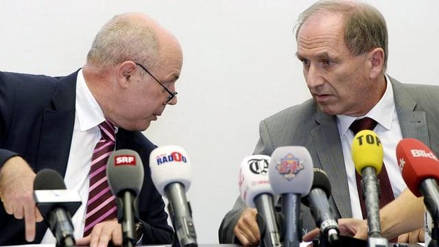 Marcel Riesen und Martin Graf hinter vielen Mikrofonen