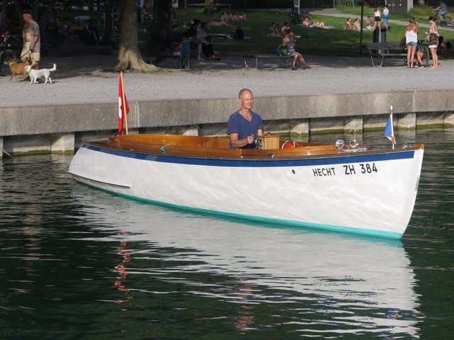 Motorboot vor Quaimauer