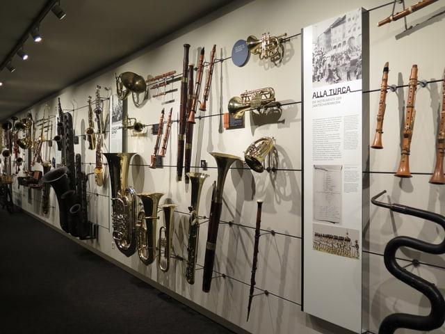 Blick auf eine der Ausstellungswände mit zahlreichen Instrumenten.