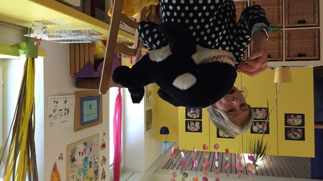 Barbara Feierabend und Willy Wal zeigen im Kindergarten, wie man Zähne richtig putzt.