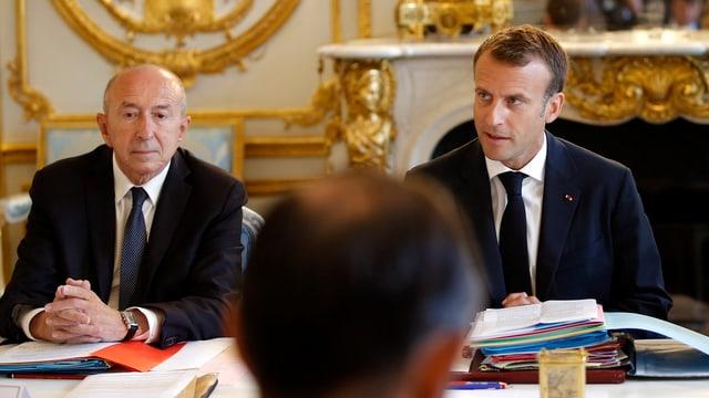 Gérard Collomb und Emmanuel Macron sitzen an einem Tisch