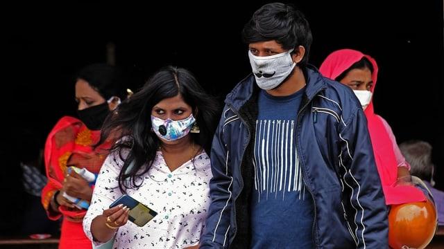 Frau und Mann in Indien mit Maske.