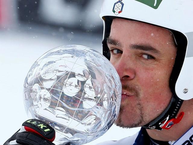 Peter Fill posiert mit der kleinen Kristallkugel.