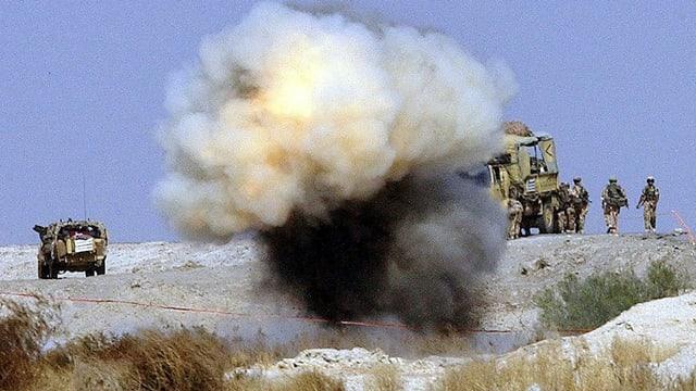 Eine Minenexplosion auf einer kargen Landschaft.