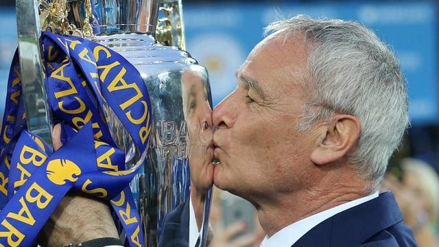 Claudio Ranieri küsst einen Pokal