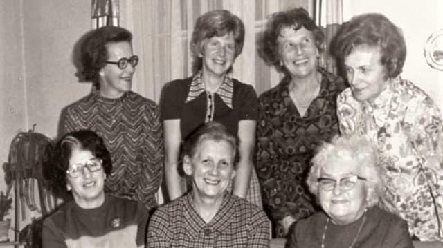 Schwarzweissbild des Vorstands der Frauengemeinschaft im Jahr 1971.
