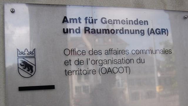 Tafel vor dem Eingang des Amtes für Gemeinden und Raumordnung des Kantons Bern.