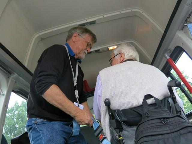 Robert Stähli mit Passagier im Fahrzeug.