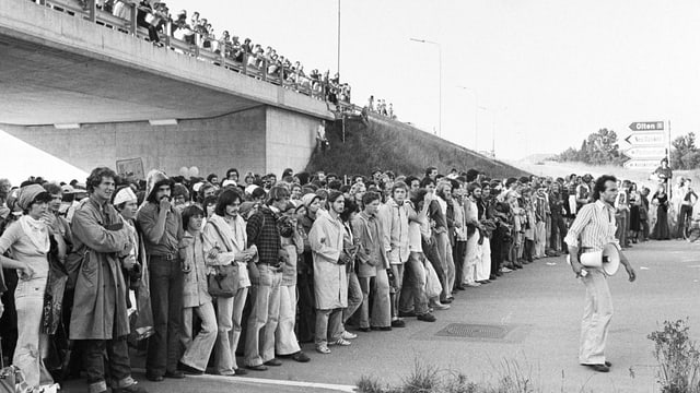 Schwarz-weiss-Bild von demonstrierenden Menschen