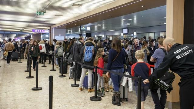 Passagiere warten auf ihre Abfertigung