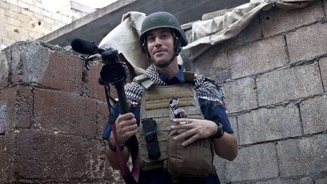 James Foley mit Kamera und Schutzanzug.