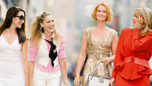Vier Frauen in eleganter Freizeitkleidung.