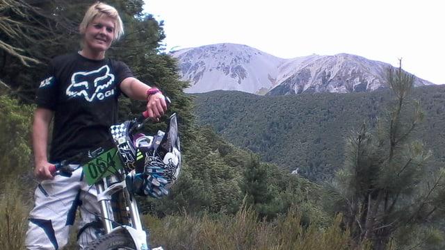 Yvonne Birker auf ihrem Bike in den Bergen Neuseelands