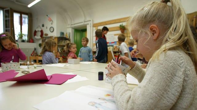 Eine Schülerin beim Zeichenunterricht.