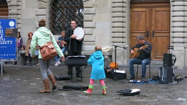 Die italienische Gruppe Palmas & Cernuto spielt auf dem Kapellplatz in Luzern auf.