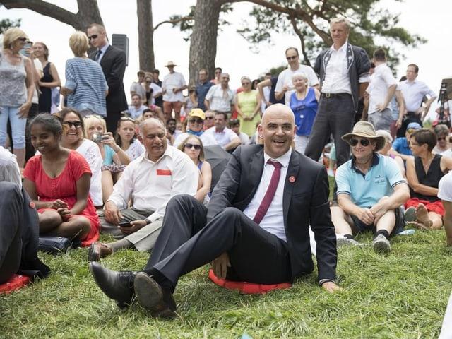 Alain Berset sitzt auf dem Rütli im Gras