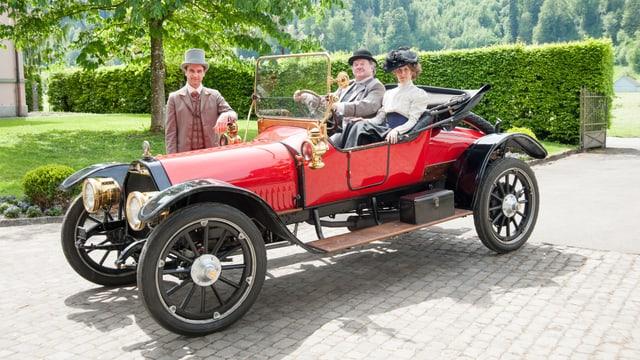 Juri Elmer, Werner Biermeier, Anikó Donáth mit rotem Auto bei Villaeinfahrt