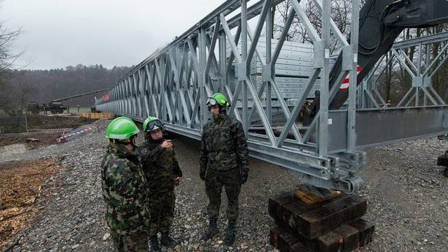 Spezialists da punts da l'armada svizra vid construir ina punt.