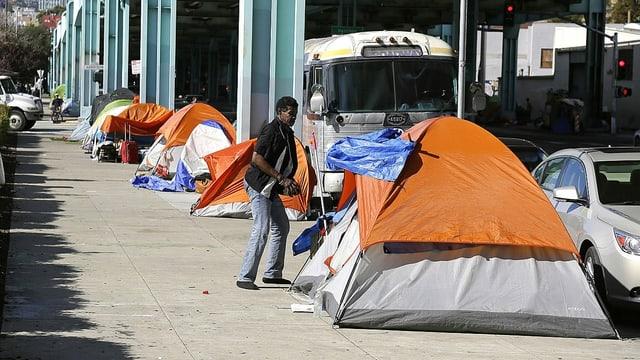 Zelt eines Obdachlosen in einer Strasse in San Francisco.