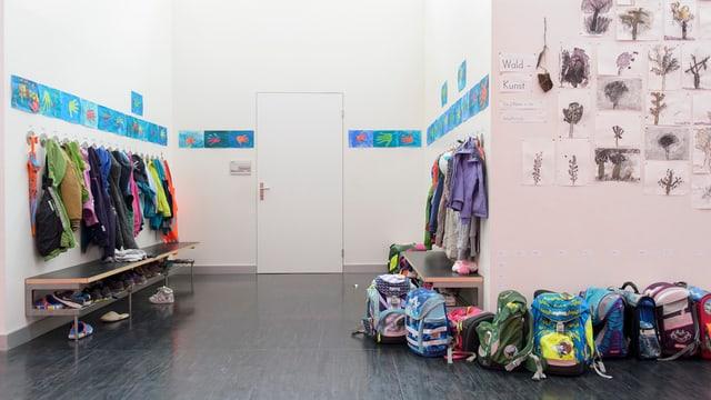 Gang mit Garderobe in einem Zürcher Schulhaus.