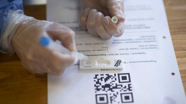 Persuna che evaluescha in test svelt ed emplenescha or in formular.