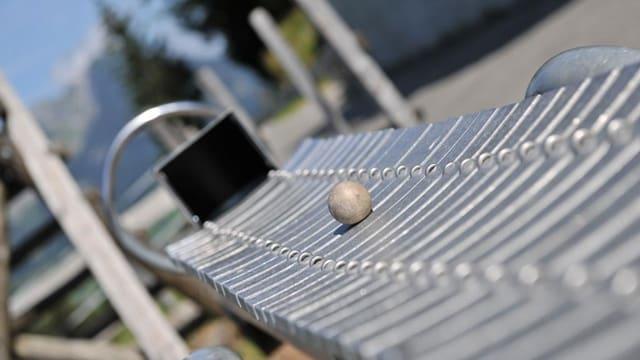 Wie auf einer Kugelbahn rollt die kleine Kugel hier über eine Art Xylophon und erzeugt dabei Töne.