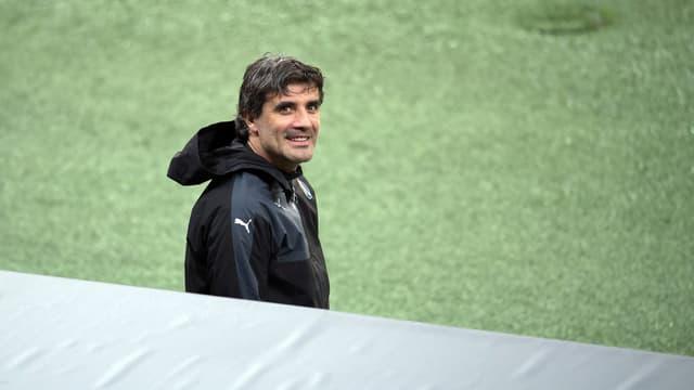 Zoran Mamic schreitet auf den Rasen und lacht.