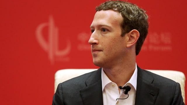 Mark Zuckerberg vor rotem Hintergrund