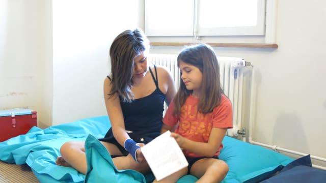 Zwei Mädchen lösen Rätsel.