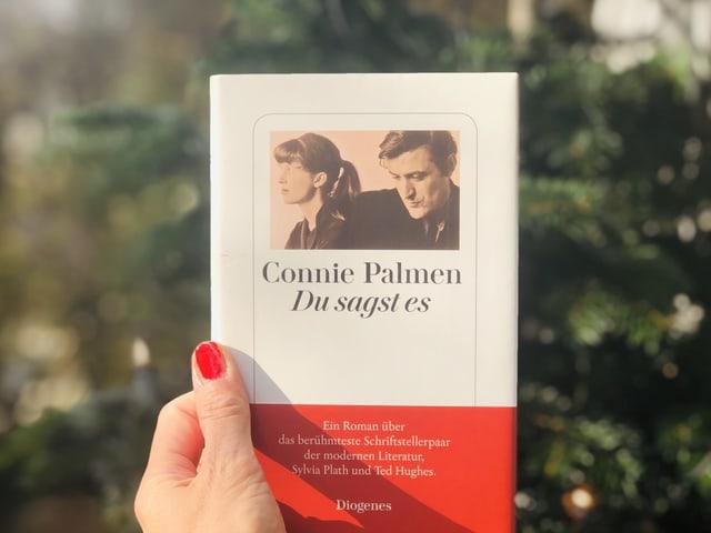 Der Roman Connie Palmen: «Du sagst es» vor einem Weihnachtsbaum