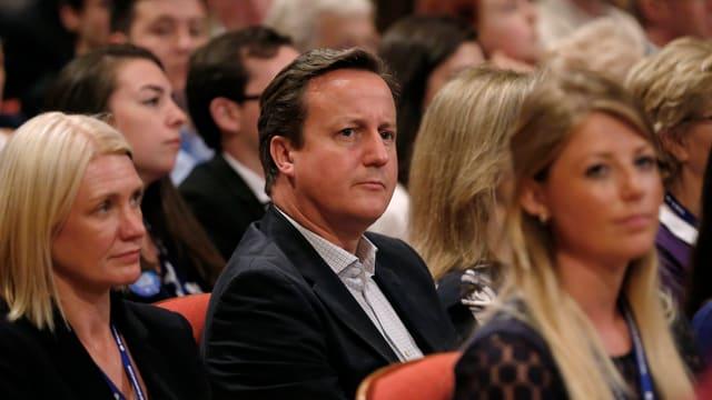 Cameron sitzt im Publikum.