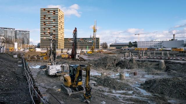 Blick auf eine grosse Baustelle - im Hintergrund viele Neubauten