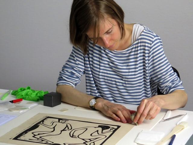 Frau arbeitet an einem alten Schwarz-Weiss-Bild.