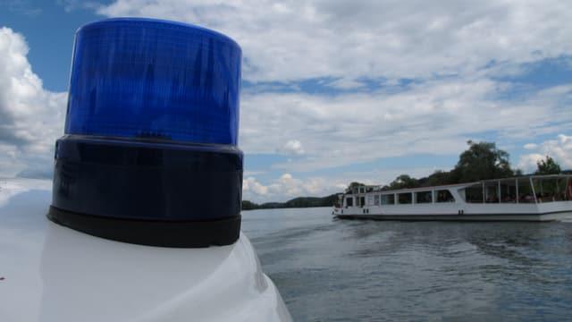 Blaulicht des Polizeibootes, gegenüber fährt die MS Stadt Solothurn vorbei.