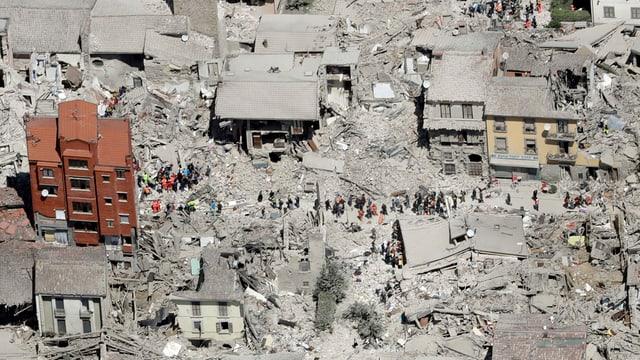 Ruinas suenter terratrembel en l'Italia.