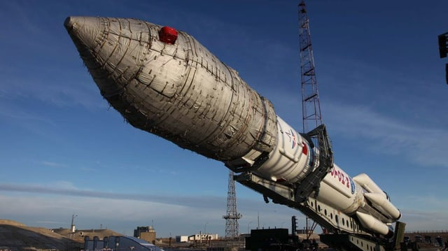 Eine «Proton-M»-Trägerrakete wird zur Startrampe des Weltraumbahnhofs von Baikonur gebracht (Archivbild).