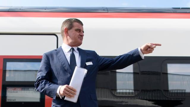 Peter Spuhler vor einem Stadler-Zug.