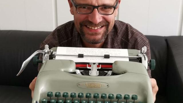 Redaktor Reto Widmer mit einer uralten Tastatur.