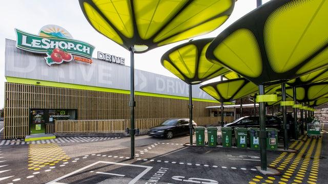 LeShop-Laden in Lyss, Lagergebäude mit Parkplätzen, wo die Autos beladen werden.