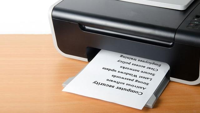 Tintenstrahldrucker druckt eine Liste aus.