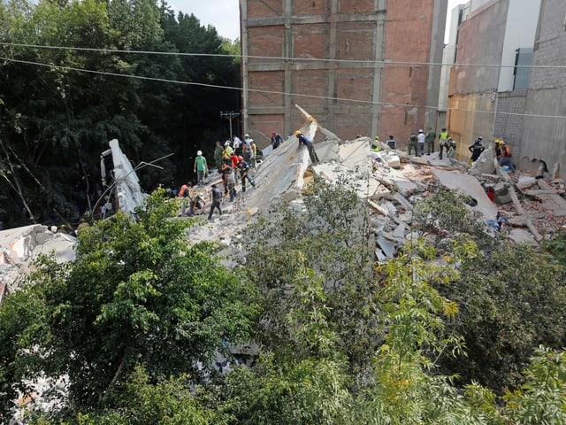 Rettungskräfte im Einsatz in Mexiko-Stadt.