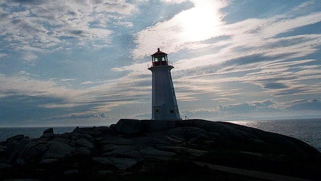 Leuchtturm, im Hintergrund ist eine melancholische Stimmung zu sehen.