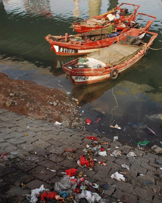 Zwei Schiffe, viel Plastikmüll: Hafenszene in China.